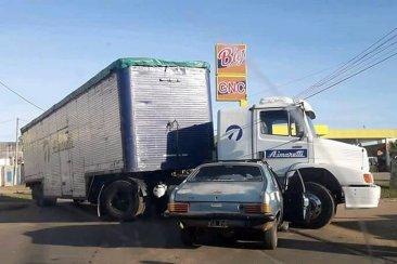 Un camión dobló en plena avenida y fue chocado por un auto