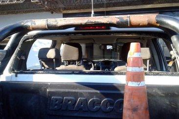 Una intervención policial terminó en una bataola con heridos y un patrullero roto