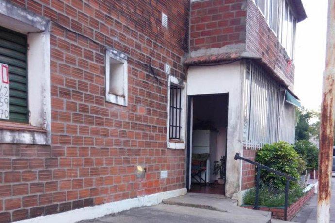 Una estudiante intentó entrar a una casa por la ventana, pero cayó y murió