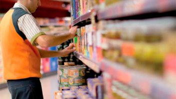 Adelantan dos tramos del aumento salarial a los empleados de Comercio