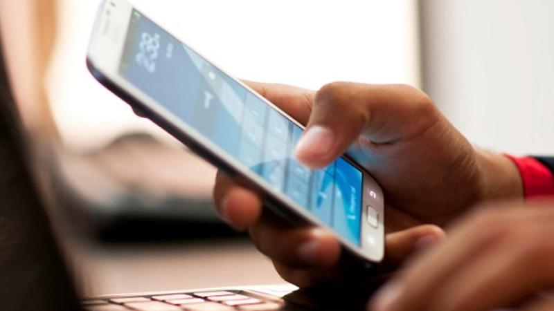 Resultado de imagen para celular en mano