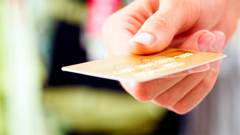 Renovar una tarjeta de crédito puede costar hasta más de $ 3.000