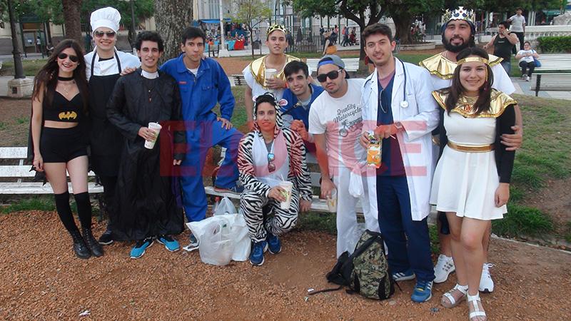5066307726 Paraná Más fotos de la previa, en la cuenta regresiva para la Fiesta de  Disfraces.