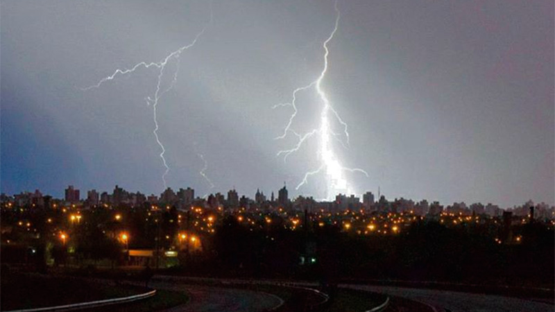 Cayó granizo en zonas de Paraná y rige alerta por tormentas fuertes