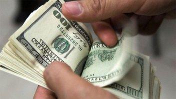 El dólar supera los $65 en algunos bancos y la tasa de interés sube a 74%