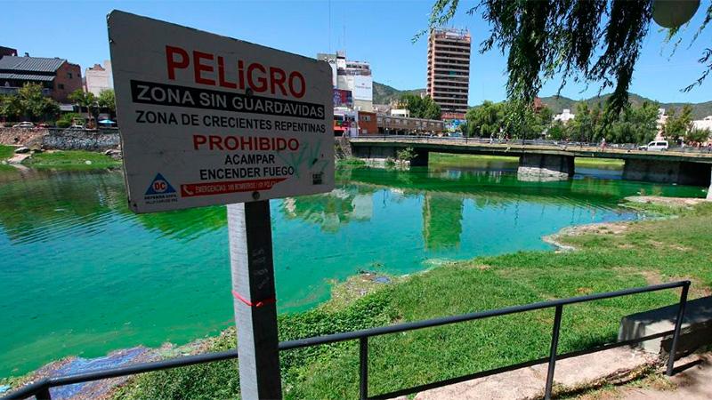 En Villa Carlos Paz, el lago San Roque se tiñó de verde
