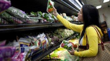 El consumo masivo cayó más del cinco por ciento en los últimos dos años