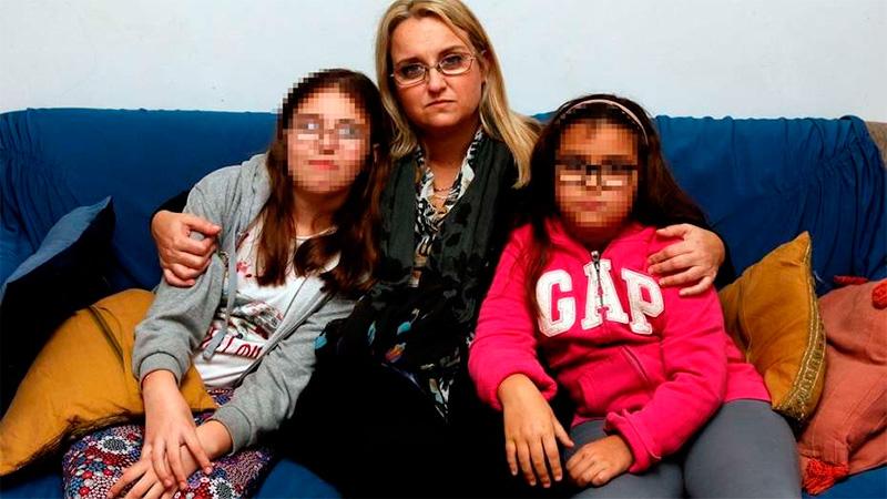 María Victoria y sus dos hijas .