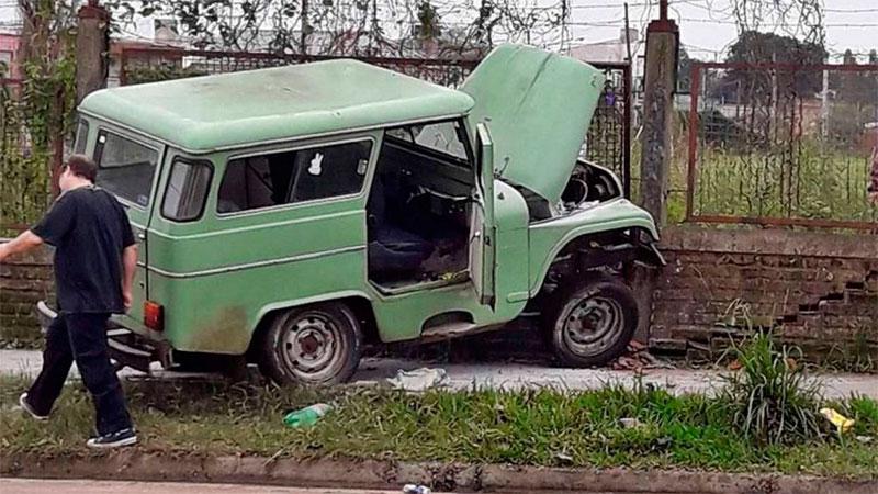 Un Jeep impactó contra un muro y una testigo adujo que fue por un bache