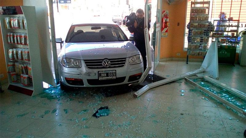 Un auto descontrolado se incrustó en una farmacia