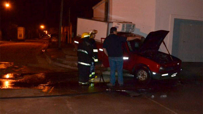 Investigan el choque e incendio intencional de una camioneta
