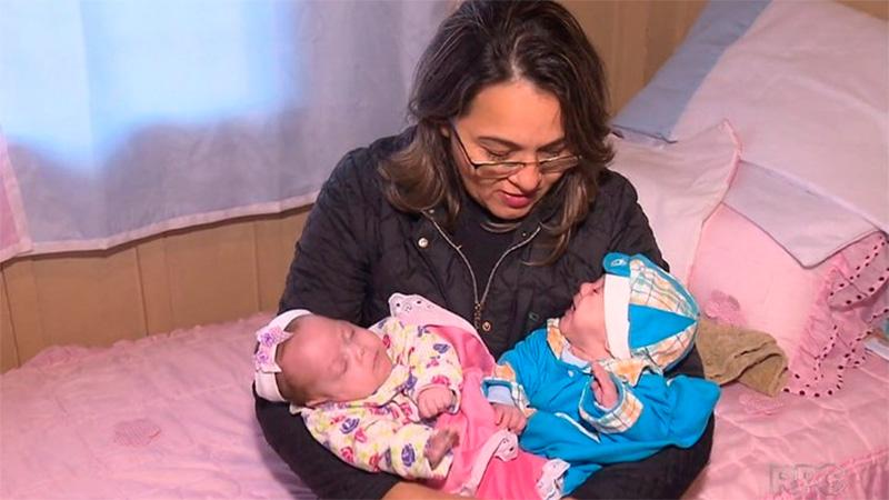 Asap y Ana Vitoria junto a su abuela materna, tras recibir el alta del hospital.
