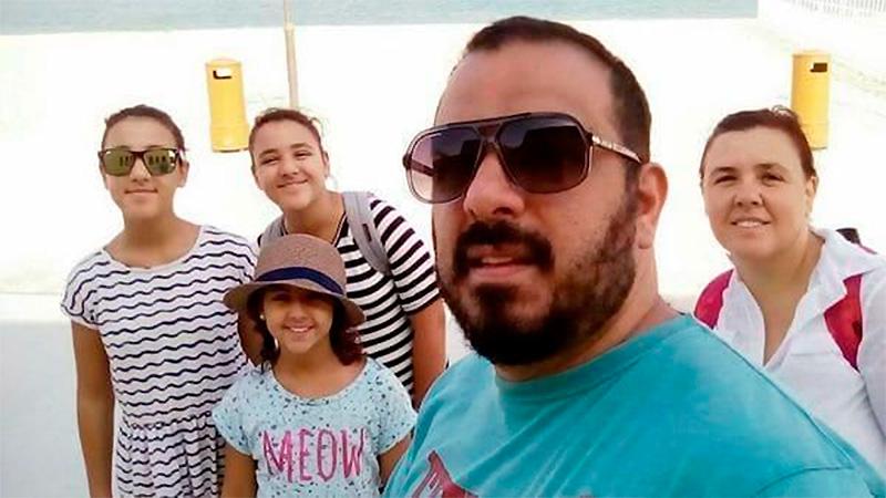 El chef argentino varado en Qatar, junto a su mujer y sus hijas.-