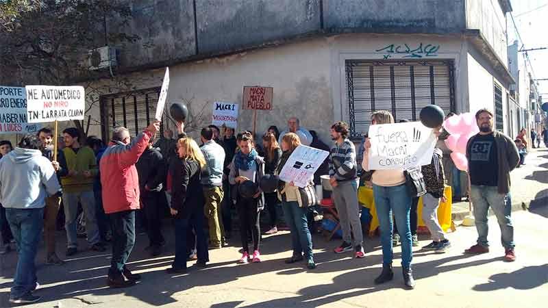 Un grupo de vecinos de Gualeguaychú protestó contra el presidente Macri