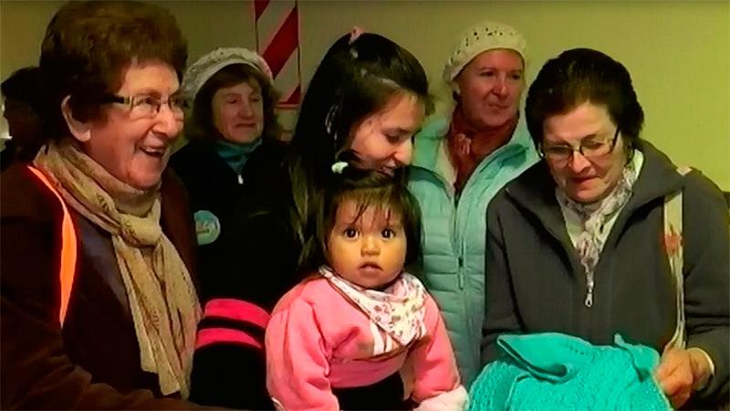 Jubiladas donaron prendas tejidas para niños que están en el hospital
