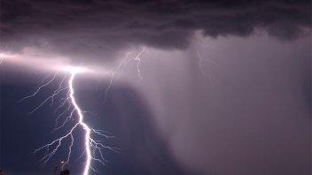 Temporal trágico: Un hombre murió al tocar un tendedero que quedó electrificado