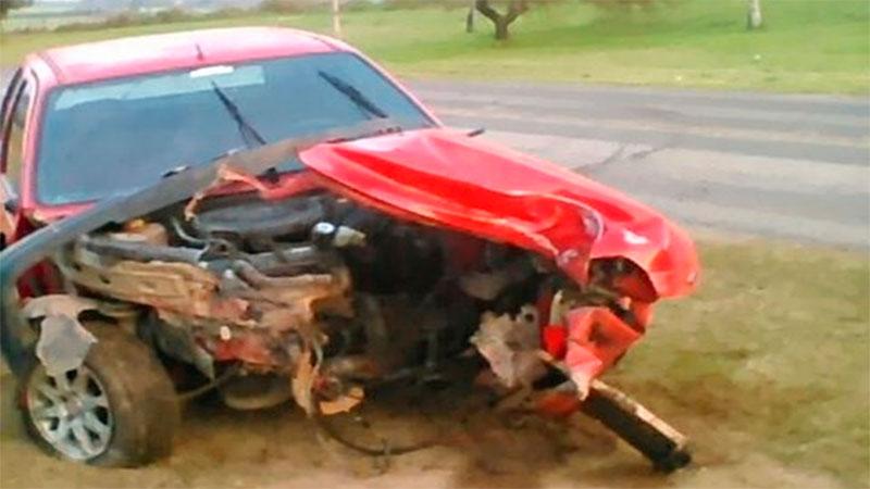 Un auto se incrustó contra una columna al registrar el reventón de un neumático