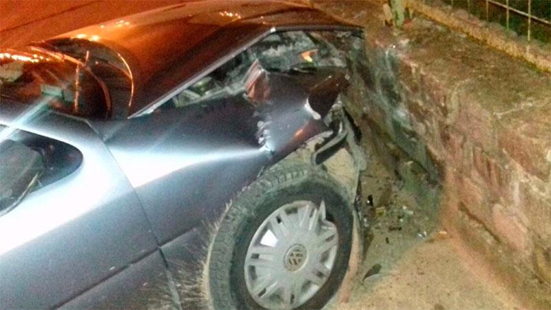 Destrozó el auto chocó contra un paredón del Corsódromo