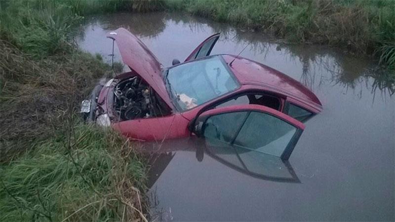 Un auto despistó sobre Autovía Artigas y terminó sumergido en un canal de agua