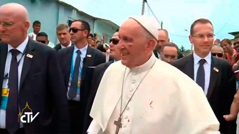 ¡Papa Francisco sufre fuerte golpe en el rostro!