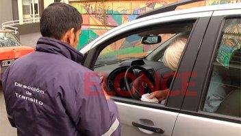 Intensifican los controles de tránsito y multan a choferes que usan el celular