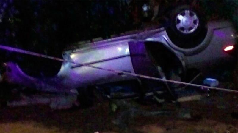Joven perdió el control del auto que conducía, volcó y un peatón murió aplastado