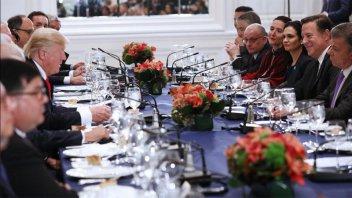 La vicepresidenta compartió una cena con Trump