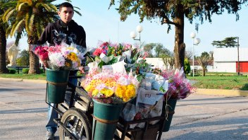 Historia de lucha: El joven que hace diez años se gana la vida vendiendo flores