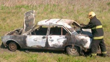 Viajaba por la ruta y se le incendió el auto
