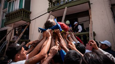 La fortaleza de una niña y las imágenes de la solidaridad tras el terremoto