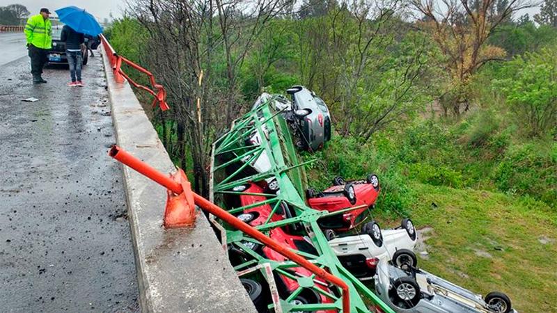 Camión que transportaba autos 0 KM cayó desde un puente a un arroyo