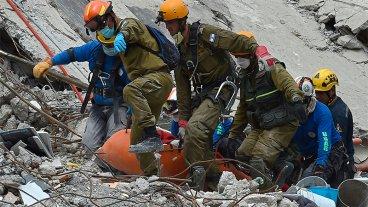 Prolongarán tares de rescate hasta que se agoten señales de vida en México