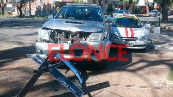 Fotos: Camioneta y taxi terminaron en la vereda tras chocar en el Parque Urquiza