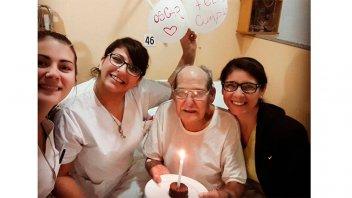Tiene 84 años y fue al hospital para no estar solo el día de su cumpleaños