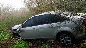 Por la niebla, conductor despistó con su auto sobre Ruta 39