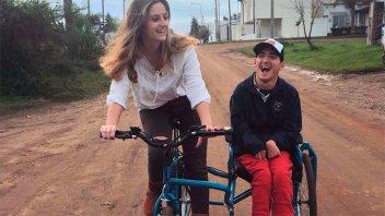 Alumnos diseñaron una bicicleta que llenó de felicidad a joven con discapacidad