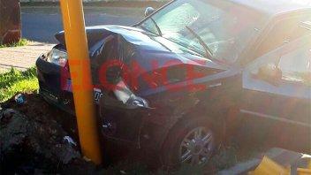 Un auto se incrustó contra la columna de un semáforo en Paraná
