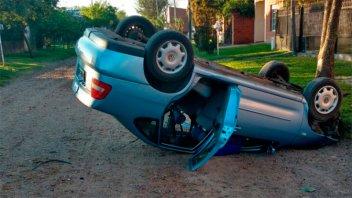 Un auto en el que iban tres jóvenes terminó dado vuelta