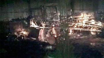 Incendio de gran magnitud consumió un galpón y generó alarma en Paraná