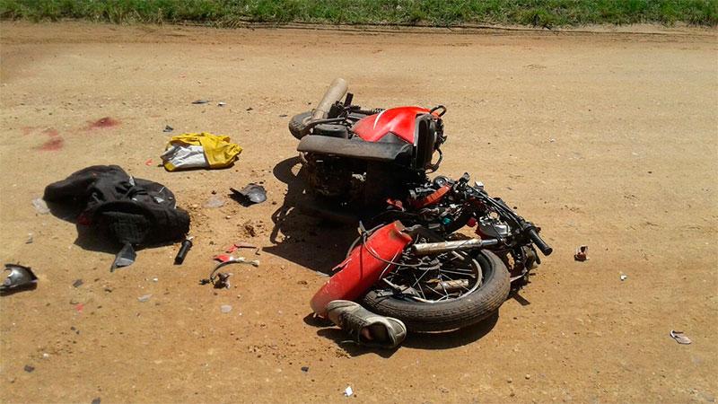 La moto se partió al medio por el violento impacto