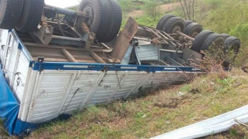 Volcó el acoplado de un camión que transportaba bidones de agua