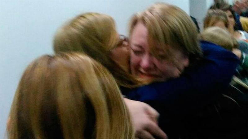 Mariela Leiva se abraza con sus colegas tras el fallo judicial