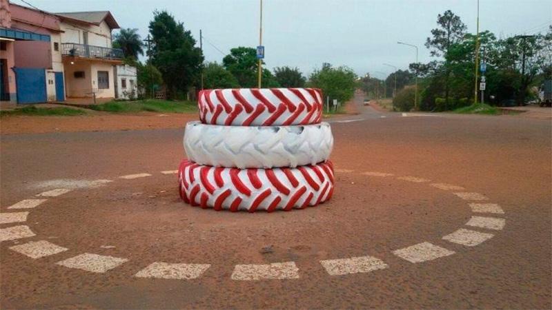 Insólito: inauguran una rotonda con tres neumáticos apilados