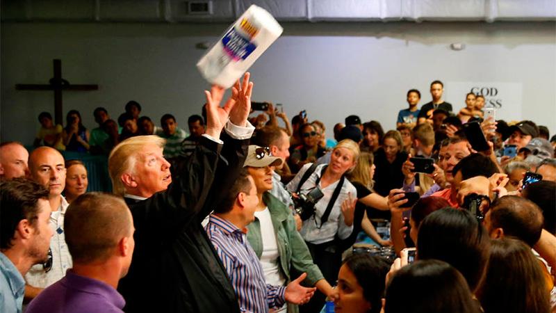 Foto: El presidente de Estados Unidos, lanza rollos de papel.