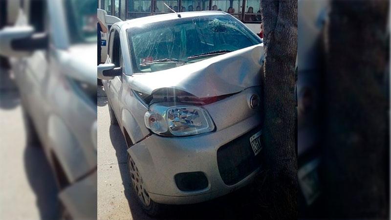 Se descompensó al volante y terminó colisionando su auto contra un árbol