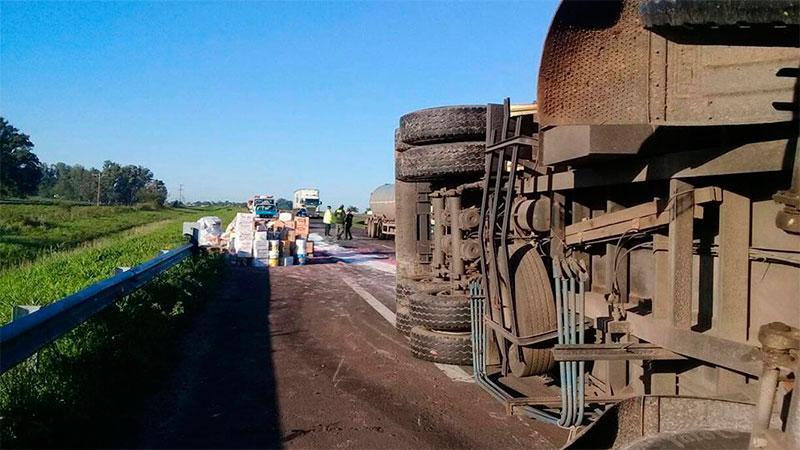 Camionero se quedó dormido y volcó sobre la Autovía Artigas