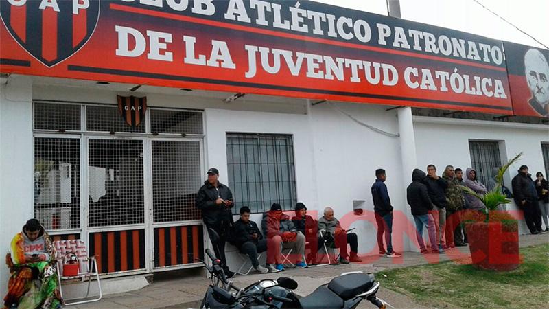 Frente a la puerta del Estadio