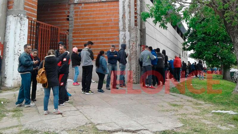 La fila sobre calle Grella