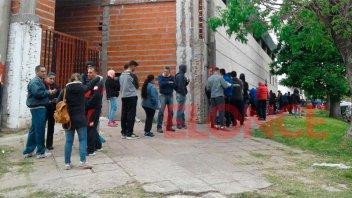 Con optimismo, hinchas de Patronato hacen largas colas para comprar entradas