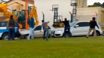 Arrojaron huevos contra el vehículo en el que se trasladaba Macri